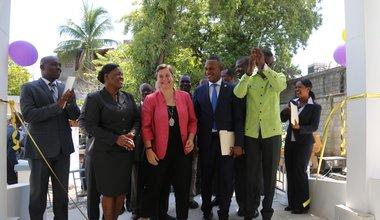 L'Assistante Directrice départementale Marie Carine Paul inaugure le nouveau bureau de l'OPC à Saint-Marc (Haïti) en compagnie de la Directrice du PNUD Yvonne Yelle, du Député de l'Artibonite Samuel d'Haïti et du Protecteur du Citoyen Renan Hédouville. © David Nieto / UN / MINUJUSTH, 2018