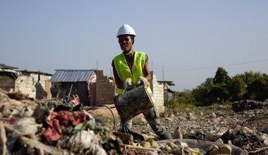 Dans la section communale de Martissant, à Port-au-Prince (Haïti), les résidents de la zone de Cité Lajoie travaillent depuis deux mois à la réhabilitation du canal de drainage des eaux usées. © Vittoria Groh /UN, 2019