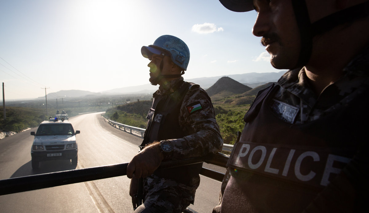 Joint patrol of the National Police (PNH) with Individual Police Officers (IPOs) and Jordanian policemen from the Formed Police Unit (FPU) based in Les Gonaïves (Artibonite). © Leonora Baumann / UN / MINUJUSTH, 2018