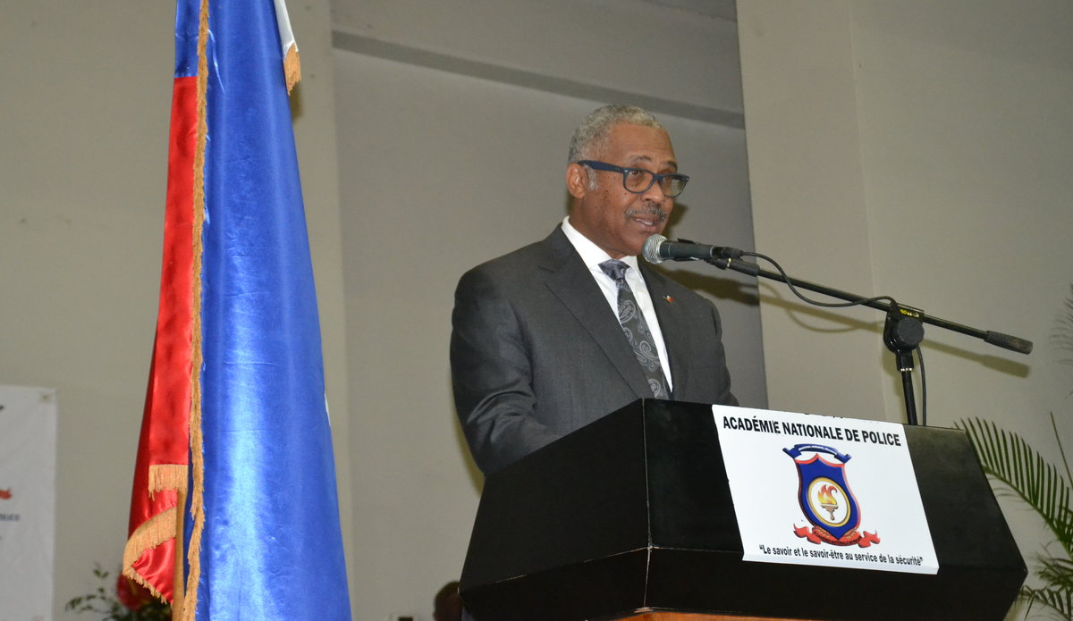 Le Premier Ministre Jack Guy Lafontant a remis leurs diplômes à plus de 72 nouveaux commissaires de l'Académie nationale de police d'Haïti. © UNPOL Adili Toro Agali, Comlan Flavien Dovonou / UN / MINUJUSTH, 2018