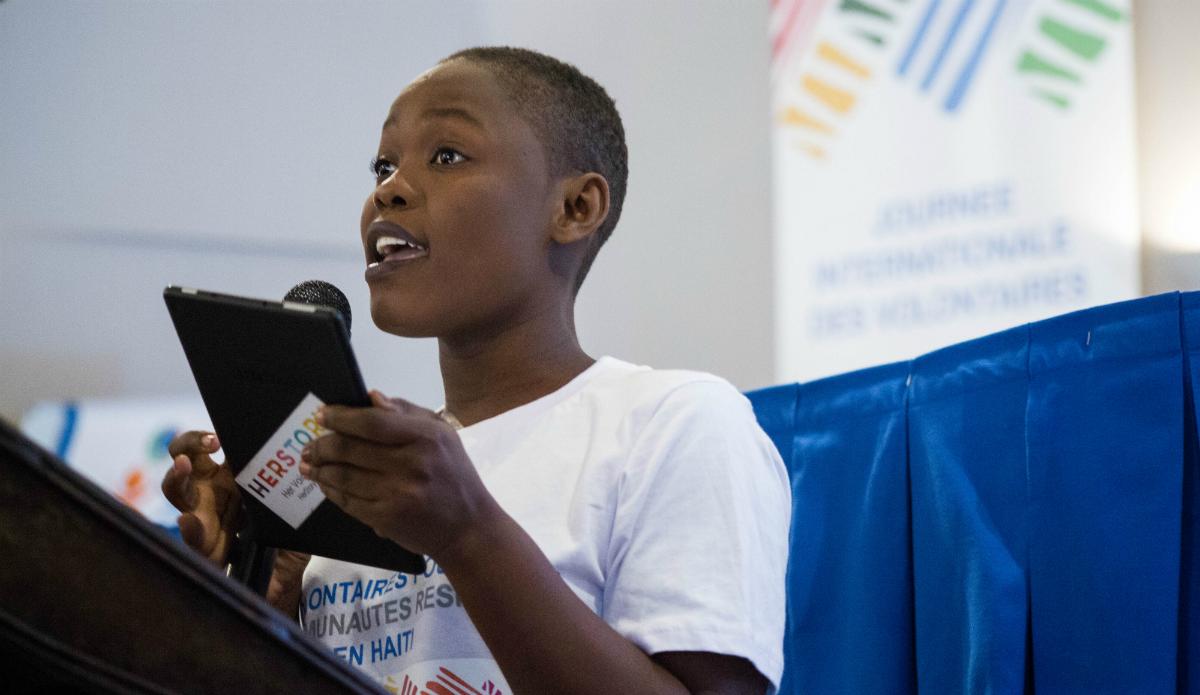 Mathania Charles, 21 ans, est volontaire pour la Fondation Toya, une organisation haïtienne pour le droit des femmes. © Ruvens Ely Boyer / UN / PNUD, 2018