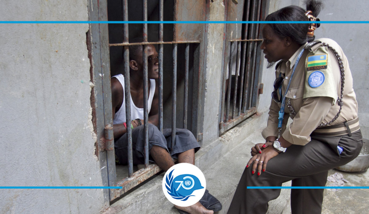 At the National Penitentiary, in Port-au-Prince, Haiti, a UN corrections officer talks to an inmate. © UN