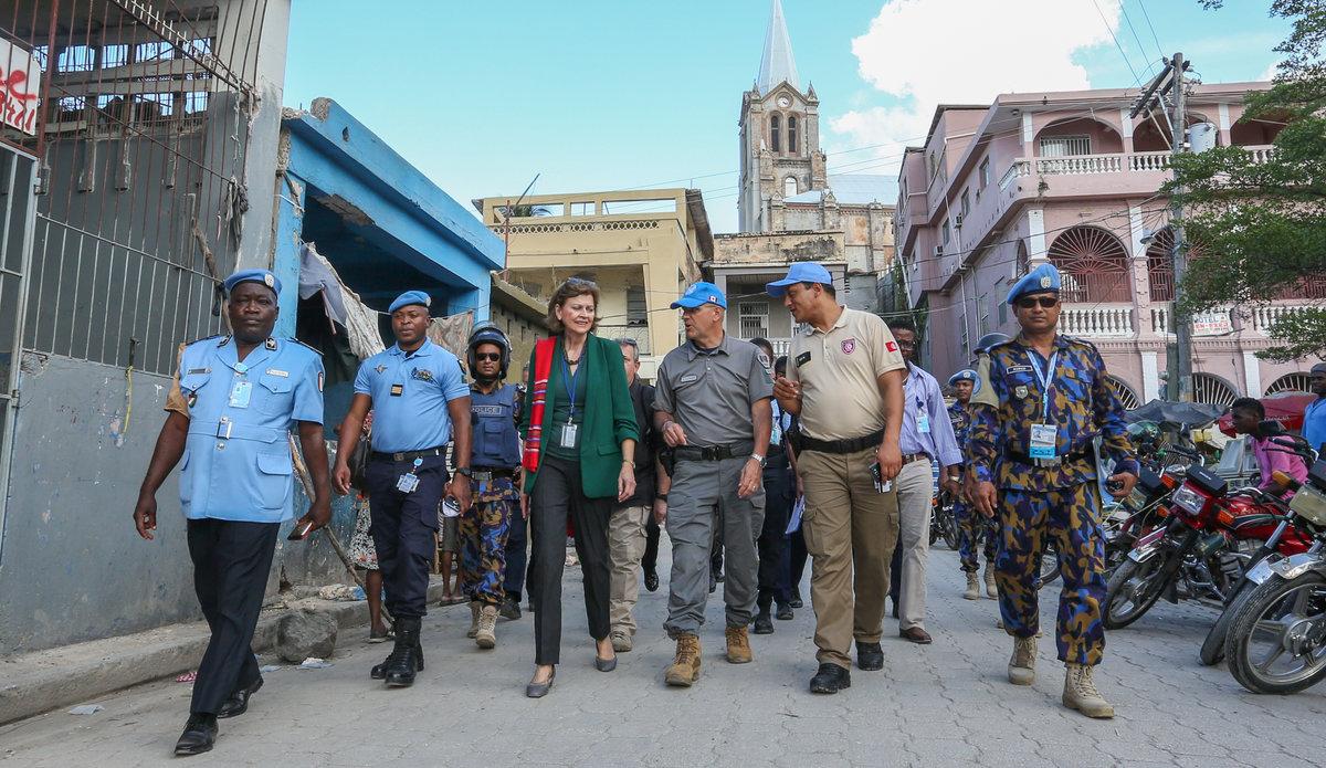 La Représentante spéciale du Secrétaire général, Mme La Lime, en compagnie du contingent de policiers internationaux du Bangladesh, basé à Miragoâne (Nippes), en Haïti. © UNPOL Sergio Daniel Gonzalez / UN / MINUJUSTH, 2018