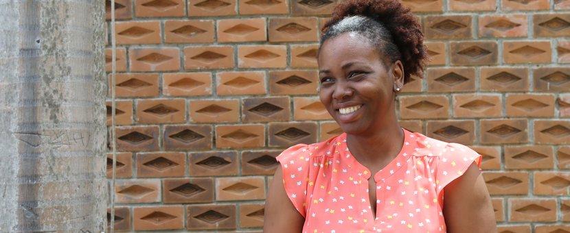 Georgeline Jean, 34 ans, est psychologue et Officier en accompagnement au travail pour la Fondation AVSI. Sa mission ? Aiguiller des jeunes de 15 à 24 ans vers des formations professionnelles et des activités génératrices de revenus. © David Nieto / UN / MINUJUSTH, 2018