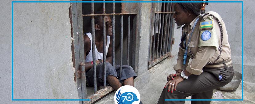 Au sein du Pénitencier national d'Haïti, à Port-au-Prince, un officier pénitentiaire de l'ONU discute avec un détenu. © UN