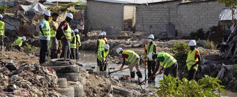 Dans la section communale de Martissant, à Port-au-Prince (Haïti), les résidents de la zone de Cité Lajoie travaillent depuis deux mois à la réhabilitation du canal de drainage des eaux usées. © Vittoria Groh / UN / 2019